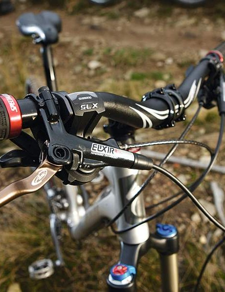 the custom avid elixir r Sl brakes slot into the overall set-up nicely