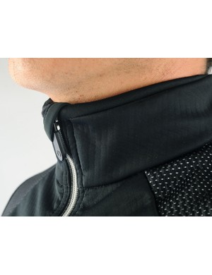 The medium-height collar is covered in soft materials for a comfortable feel against your bare chin