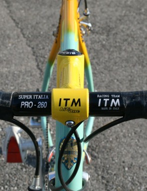 The cockpit consists of a non-oversized alloy bar and TIG-welded alloy stem – both by ITM