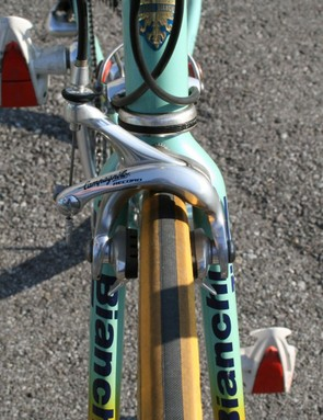 Pantani's bike is fitted with dual-pivot Campagnolo brakes both front and rear, in contrast to newer versions that use a lighter single-pivot rear calliper