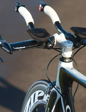 The conventional round headtube flows into an extended head section and dead straight, rounded top tube