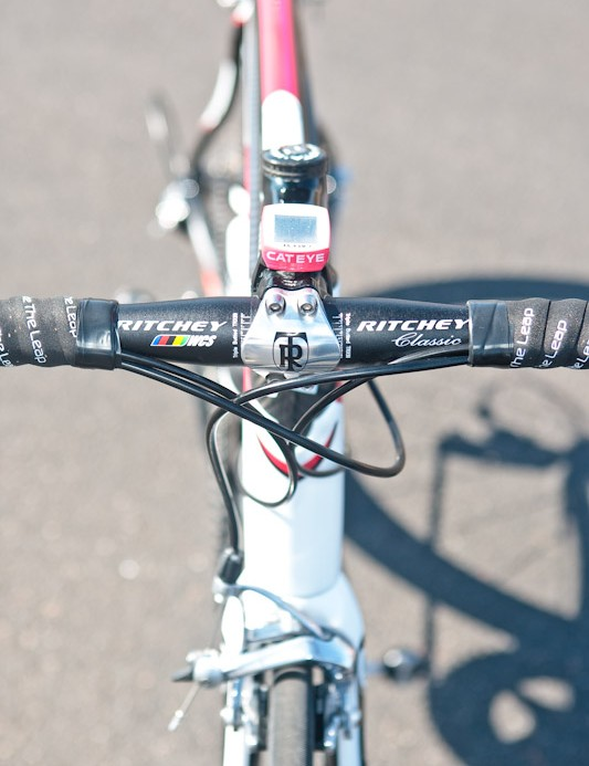 Ritchey provide the cockpit components in the form of a WCS 4-Axis 44 forged alloy stem and traditional-bend WCS Classic alloy bar