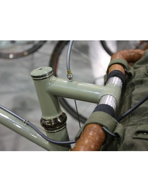 The front brake cable hanger is integrated right into the stem.