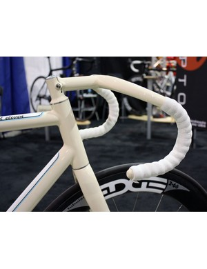 These ultra-deep drop track bars are integrated with the color-matched stem.