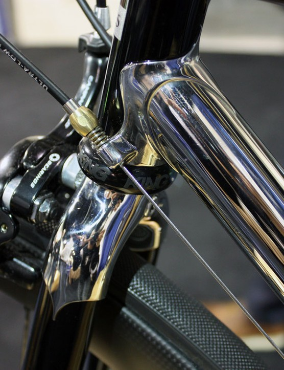 In contrast to the internally concealed Di2 setup, the external cables on this Ellis are almost intentionally put on display