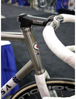 This is one of the cleanest-looking internal-type metallic head tubes we've seen