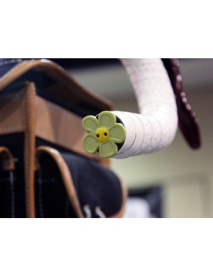 A flower-shaped button adds a bit of whimsy to this Yipsan bike