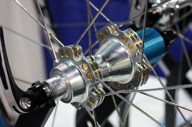 Cole's unique hub design threads one end of the double-threaded spokes in a rotating aluminium barrel nut for supposedly higher tensions