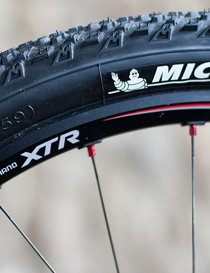 The Shimano XTR rims' solid outer wall easily converts to tubeless
