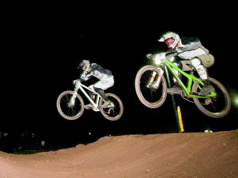 Brian Lopes (R) and Scott Beaumont (L) battle it out in last year's dual slalom race at BikeRadar Live