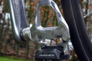 While some of his teammates are testing Shimano's latest carbon-bodied Dura-Ace pedal design, Cavendish sticks with the tried-and-true aluminum version