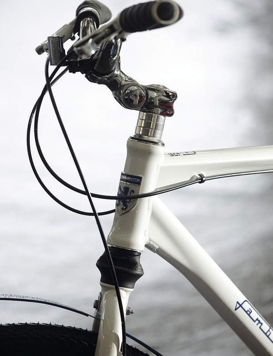 The steerer/head-tube features an in-line shock