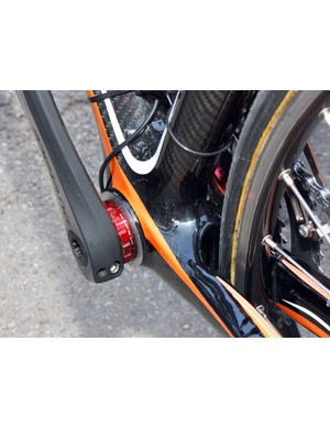 This Euskaltel-Euskadi Orbea Orca, on the other hand, uses thread-in cups with ceramic bearings
