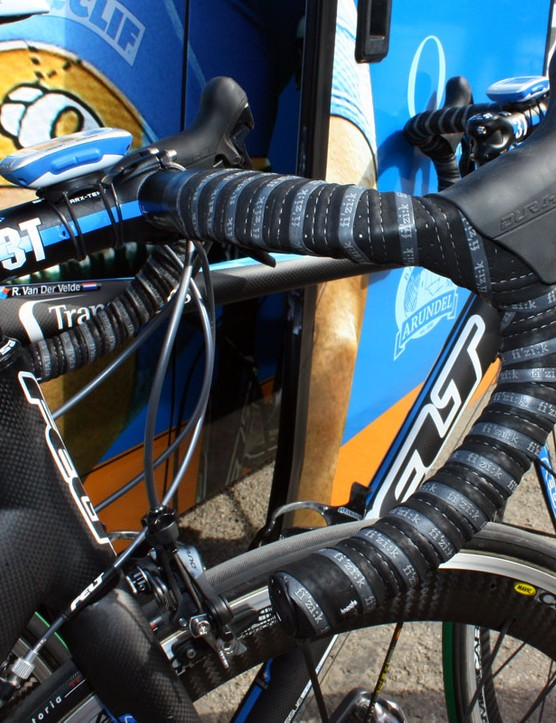 Tyler Farrar's (Garmin-Transitions) bars are wrapped with Fizik's dual:tape