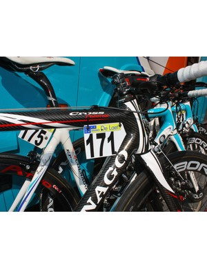 The FSA stem is angled aggressively downwards to make up for the steerer-mounted housing stop.