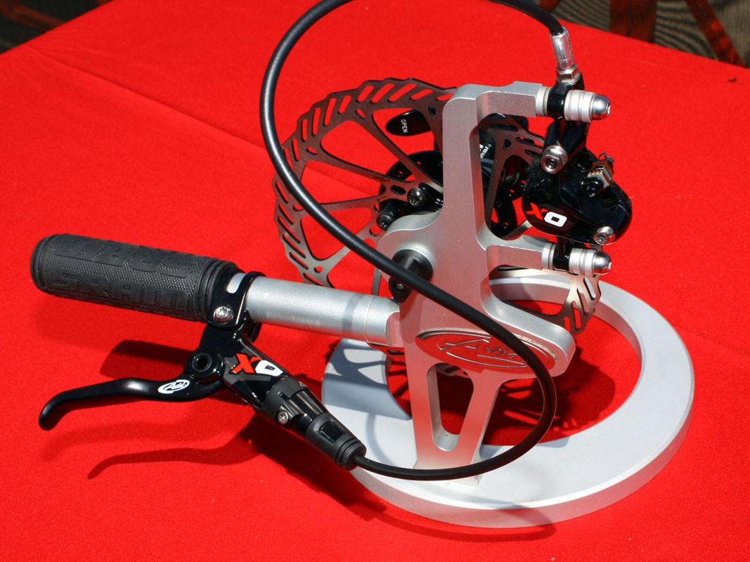 The new Avid X0 brake is essentially the same as last year's Elixir Mag CR but now with all forged alloy bits instead of magnesium - and yet it's still just 333g for a complete front assembly (160mm post mount)