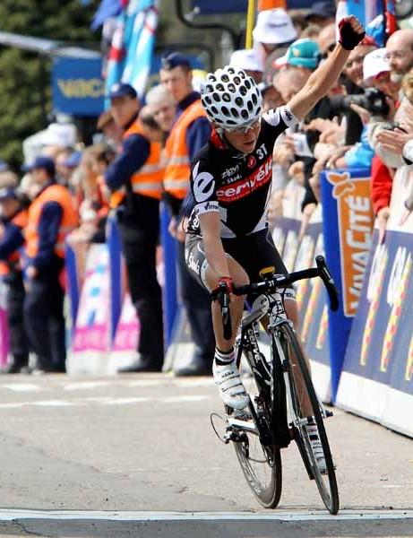 Emma Pooley crosses the line to win the women's Fleche Wallonne