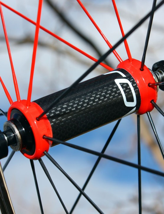 The front hub features a carbon fiber center sleeve