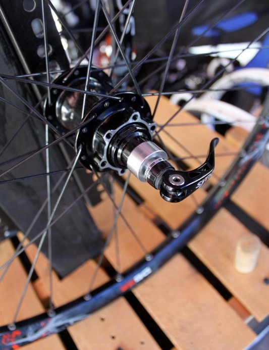 The DS28 wheelset has the option of a front 15mm or 20mm through-axle and 135mm QR or 142x12mm rear throuhj-axle.