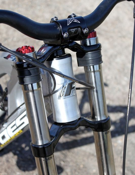 The Fluid uses a standard 1-1/8in integrated head tube.