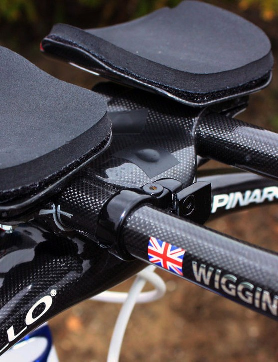 Small pieces of tape cover up the bolt holes on Wiggins' aero bar setup