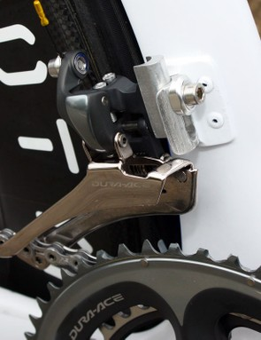 Wiggins' usual Dura-Ace front derailleur is mounted to the aluminium tab – and the extra spacer sandwiched in between is further evidence that O.symetric rings are usually in place