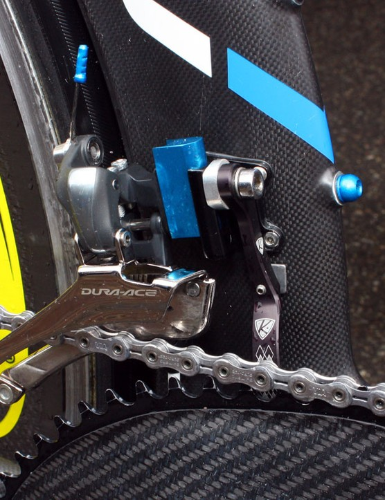 A blue-anodized aluminium block shifts the Shimano Dura-Ace front derailleur into a more acceptable position for proper shifting on the O.symetric chainrings.