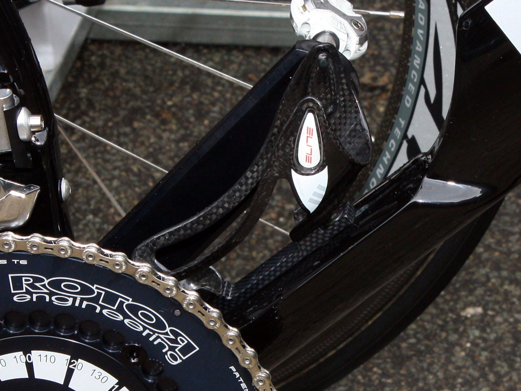 Cervélo TestTeam mechanics look to have taken care of their P4 bottle issues once and for all with a dedicated adapter plate in between the frame and bottle cage