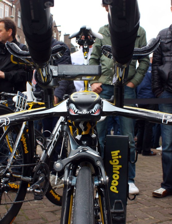Crowds gather around the menacing front end of Marco Pinotti's Scott Plasma 3