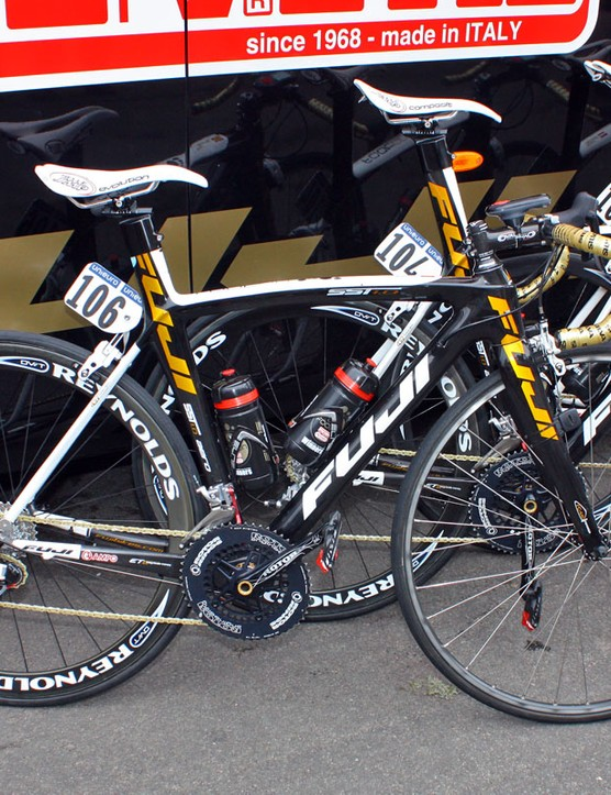 Footon-Servetto chose Fuji's SST 1.0 aero road bikes for the early road stages of the Giro d'Italia. Interestingly – and just as former Oval Products owner Morgan Nicol has always said – the team are also using standard-diameter bars and stems instead of oversized ones