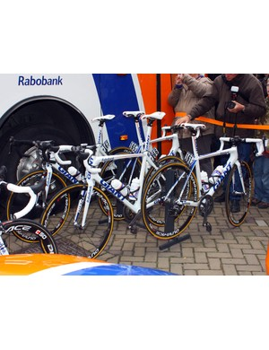 Eager fans check out Rabobank's Giant TCR Advanced SL road machines