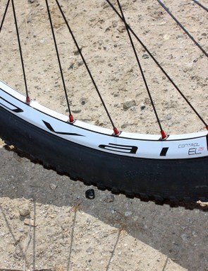 The 26mm-wide E5 alloy rims are tubeless-compatible