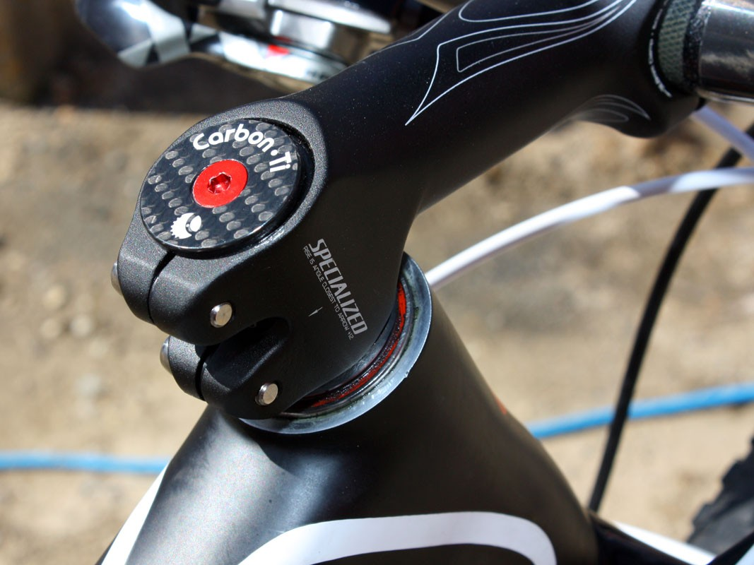 A carbon fibre Carbon-Ti headset cap and alloy bolt replace the standard bits. Removing the upper headset cover drops the front end an extra few millimeters