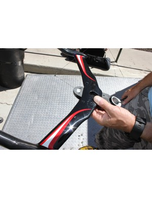 The base bar is completely flat and sandwiched by the top of the stem, which also serves to compress the headset.