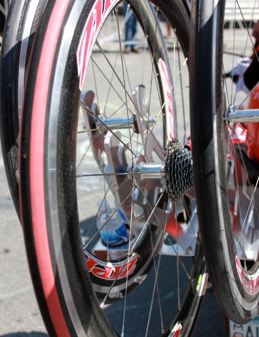 The red tyre on Zipp's 404 signifies that it's equipped with a Campagnolo 11-speed cassette
