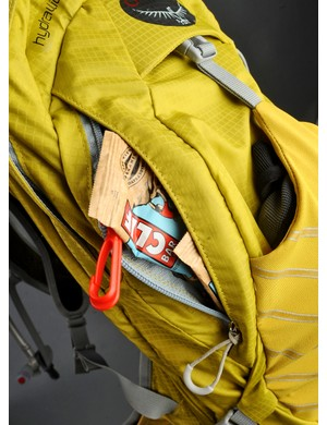 The small side-zip pocket is perfectly sized for bars and gels and also includes a handy key clip