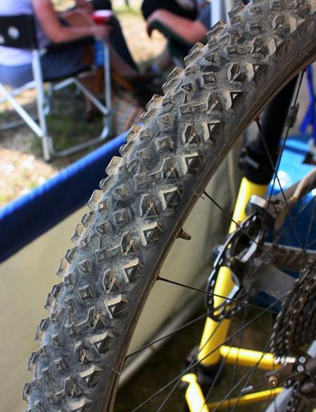 Michelin's as-yet-unnamed tyre bridges the gap between their current Race'R and Grip'R treads with low-profile centre knobs linked to aggressive shoulder blocks and a relatively open spacing to handle loose conditions