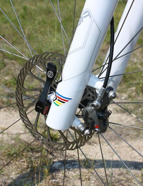 A standard SRAM 160mm-diameter G3 rotor is used up front instead of the XX version.