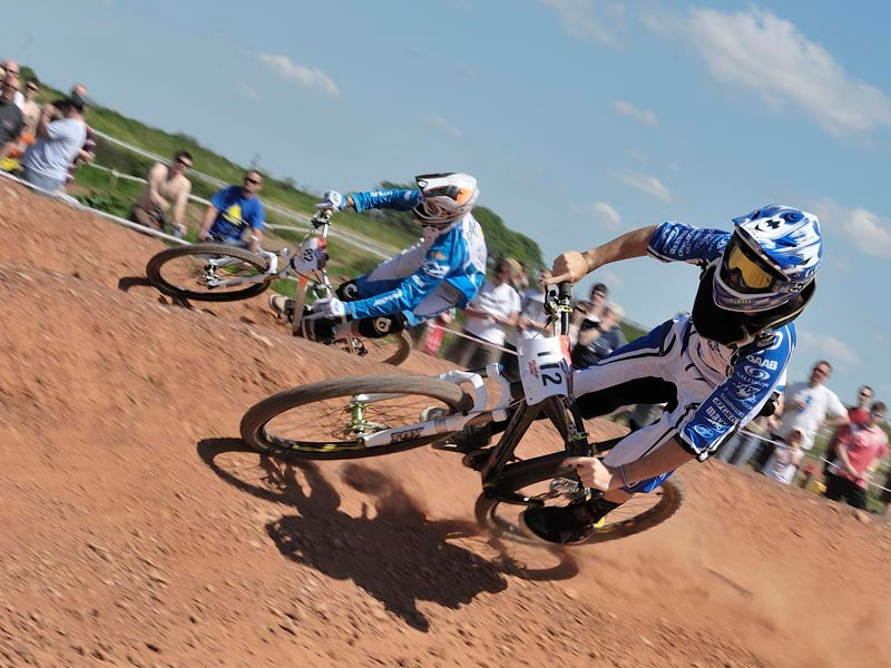 Race on the dual slalom course