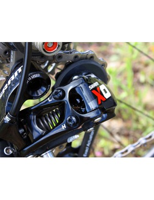 Gone on the new X0 rear derailleur are the dual pin clips, which were sometimes susceptible to crash damage. Pins are now only used on the more protected upper ends while the other side is solid aluminium