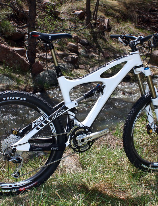 Ibis's latest Mojo HD is a potent all-mountain machine with its excellent dw-link suspension design, stiff yet light carbon frame, and well sorted handling
