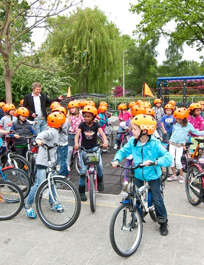 Helmets developed by Volvo in the Netherlands have been promoted at a primary school there