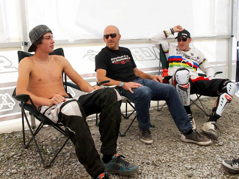 Rob Roskopp (centre) relaxes with his Santa Cruz Syndicate signings Josh Bryceland (left) and Steve Peat