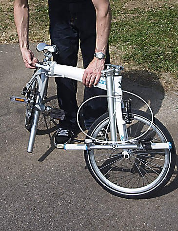 Folding the Kansi is simple, in fact it's one of the easiest-folding bikes we've seen