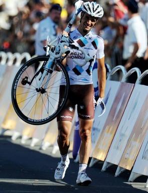 Lloyd Mondory carries his bike to the line