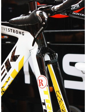 The centre-pull front brake is directly integrated into the fork legs