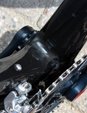 The bottom bracket (and attaching down tube and seat tube) offset isn't obvious until you notice the placement of the bottle bosses (which are positioned in the centreline of the frame)