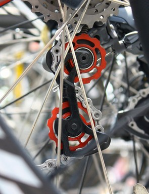 HTC-Columbia sprinter Mark Cavendish gets ceramic-equipped alloy pulleys, too, but his are red