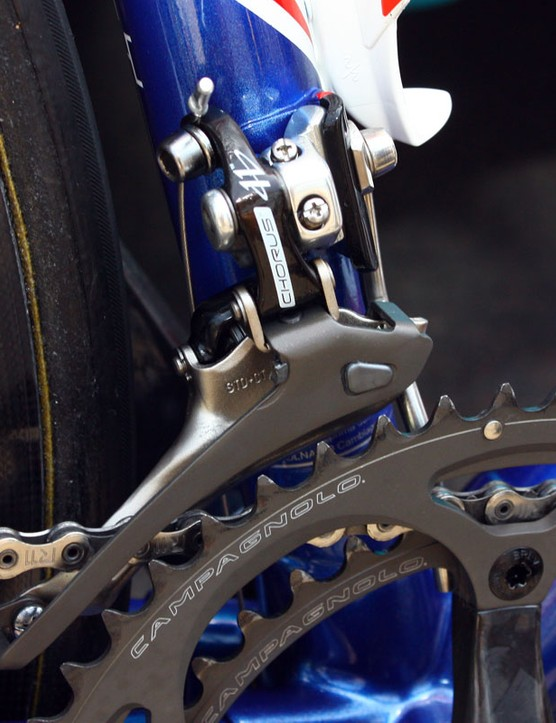 Voeckler foregoes the carbon cage of Record or Super Record in favour of Chorus's titanium one