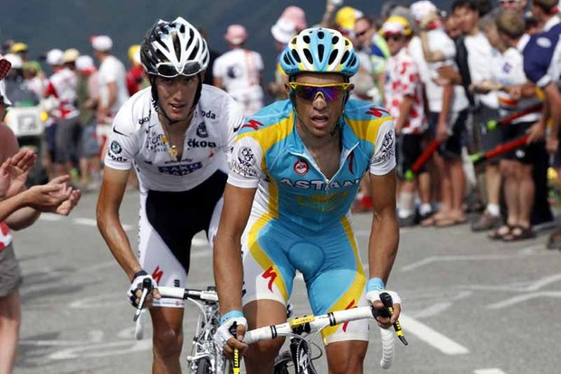 Andy Schleck (L) predicts an epic duel with Alberto Contador (R) in the Pyrenees